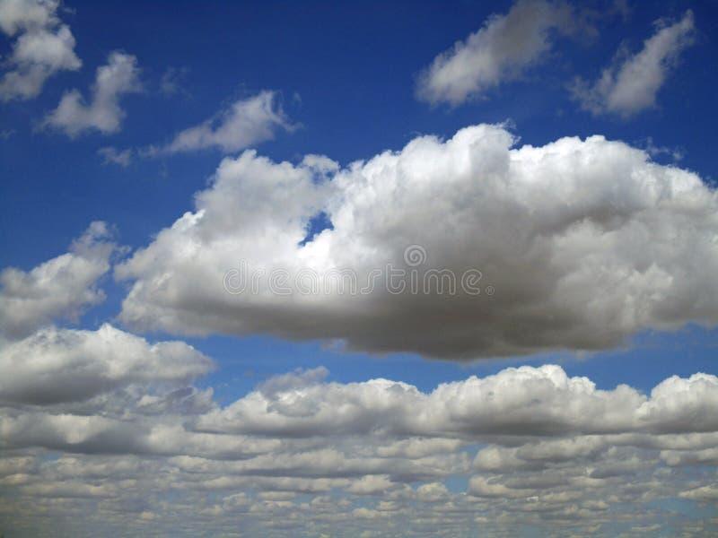 Rullning på de höga molnen royaltyfri foto