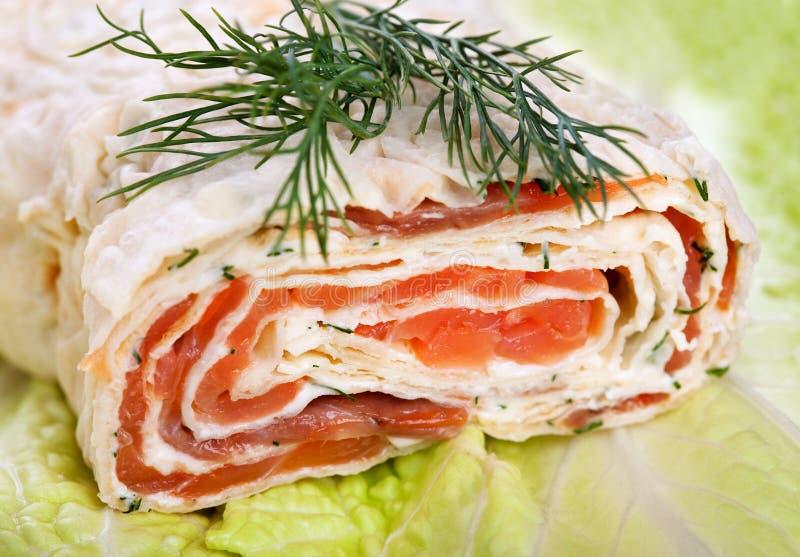Rullo con il formaggio cremoso affumicato e del salmone fotografia stock libera da diritti
