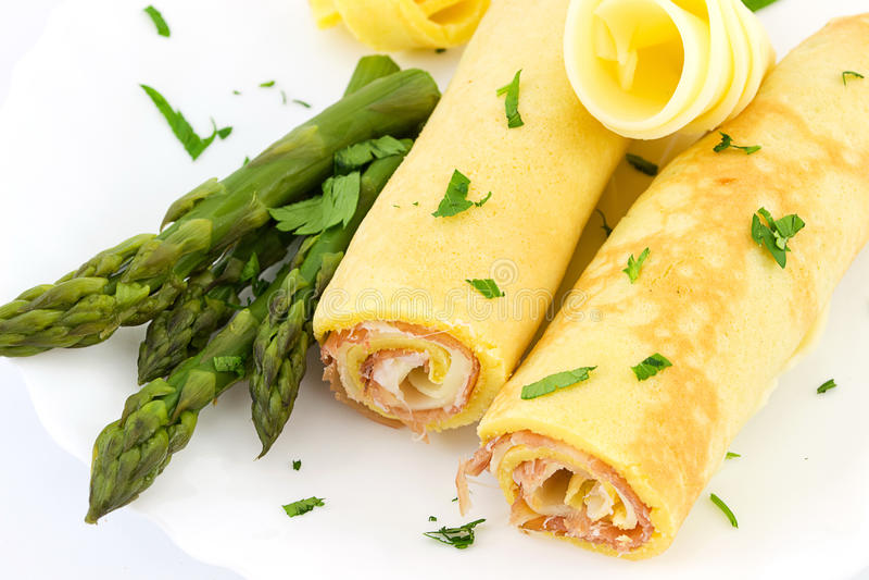 Rullo con il prosciutto, il formaggio e l'asparago immagine stock