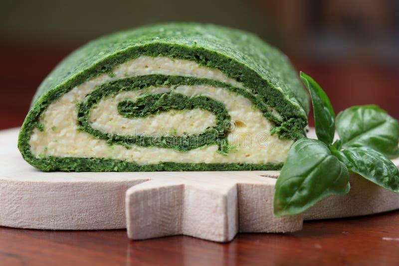 Rullo degli spinaci con le uova ed il formaggio immagine stock libera da diritti