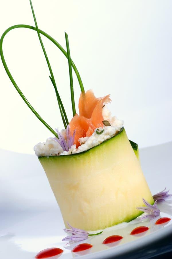 Rullo dello zucchini con i salmoni affumicati fotografia stock libera da diritti