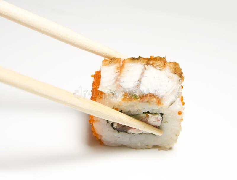 Rullo di sushi e bacchette immagini stock