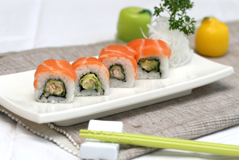 Rullo di sushi pronto e squisito uovo di pesce del tofu fotografie stock