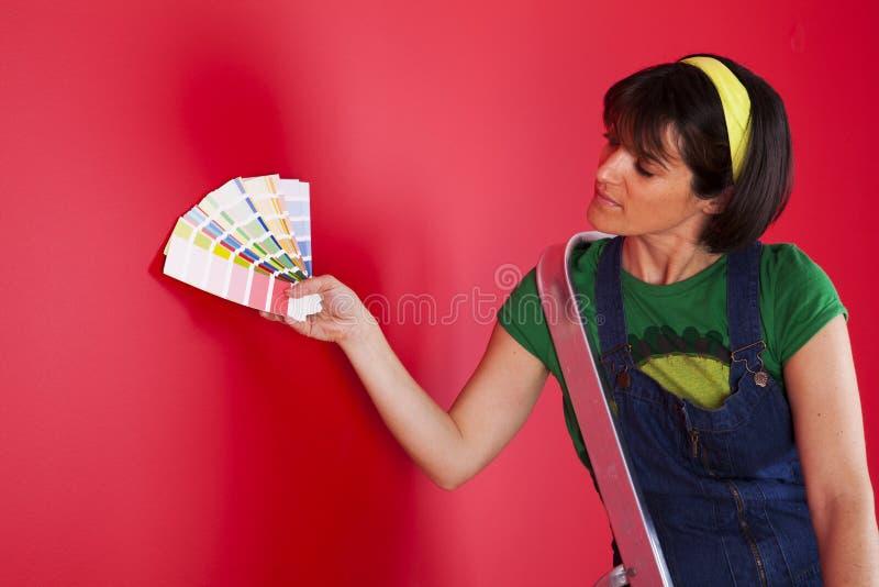 Rullo di vernice con i campioni della vernice fotografie stock
