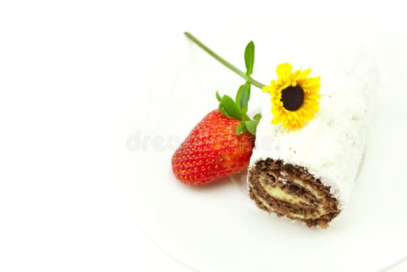 Rullo, fragole e un fiore isolato su bianco fotografie stock libere da diritti