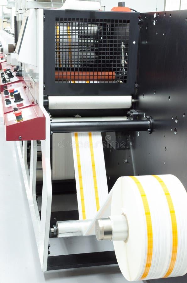Rullprintingmaskin i den arbetande processen för förpackande bransch arkivfoton