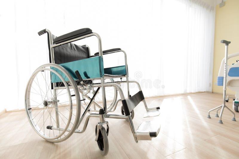 Rullstol i sjukhusrummet, begrepp för hälsovården av royaltyfri foto