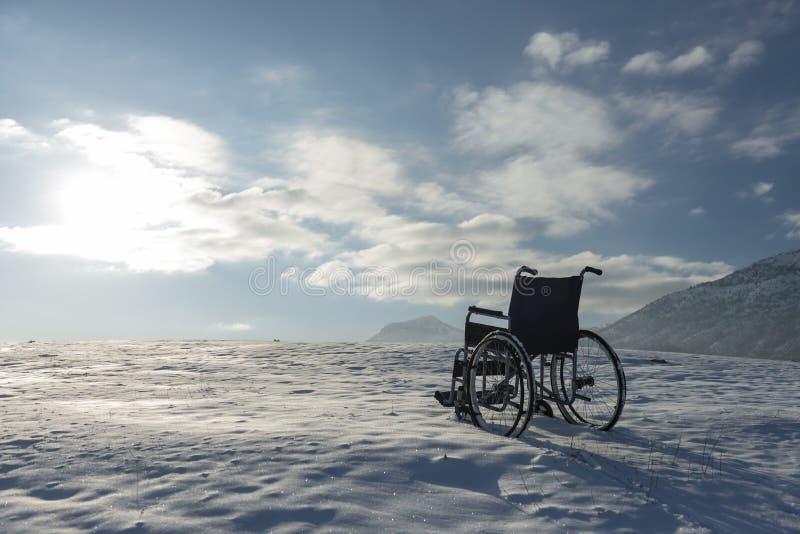Rullstol- och vintersikt arkivfoto