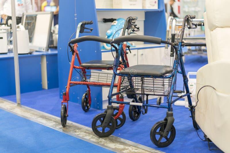 Rullstol på en medicinsk utställning arkivbilder