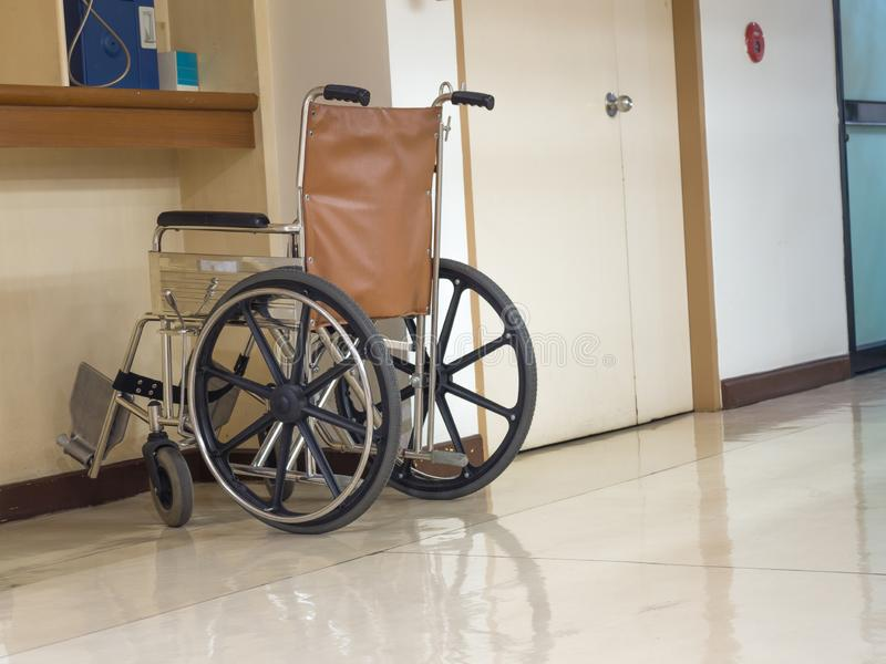 Rullstol som framtill parkerar av den blåa offentliga telefonen i sjukhus Rullstol som är tillgänglig för äldre eller sjukt folk royaltyfria bilder