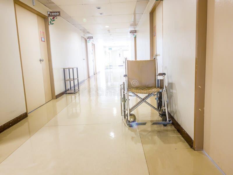 Rullstol som framtill parkerar av rum i sjukhus Rullstol som är tillgänglig för äldre eller sjukt folk royaltyfria foton