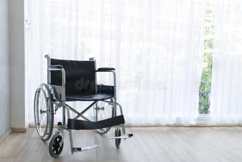 Rullstolar som väntar på service på sjukhusrum med solljus royaltyfria bilder