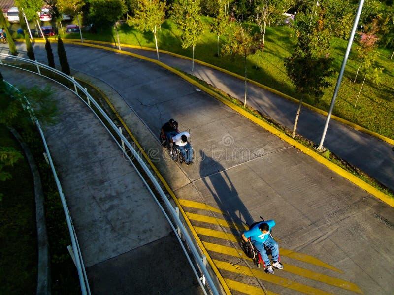 Rullstolkörning fotografering för bildbyråer
