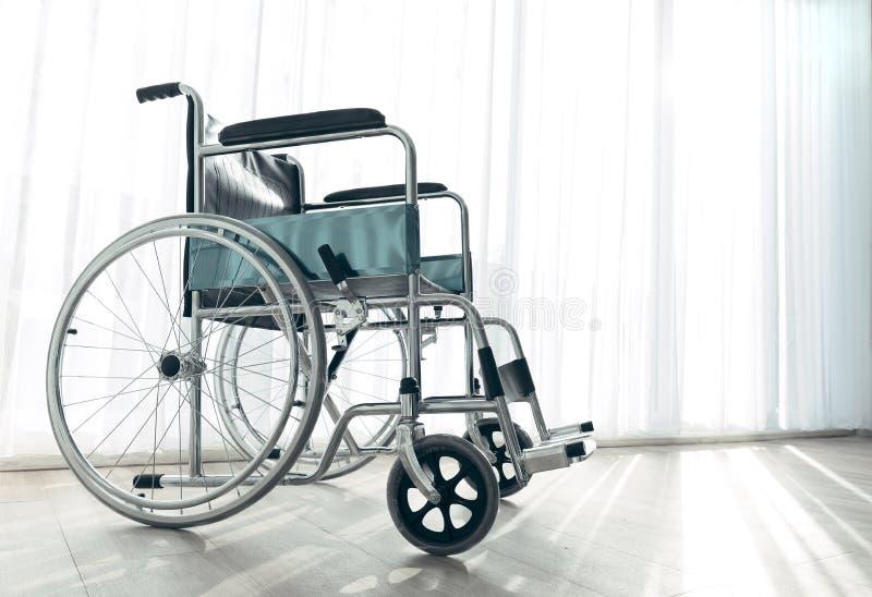Rullstolparkering i sjukhusrummet med solljus i backgro fotografering för bildbyråer
