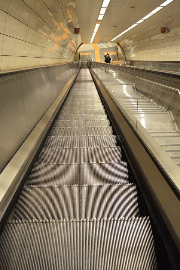 Rulltrappa i en g?ngtunnelstation i Istanbul royaltyfri foto