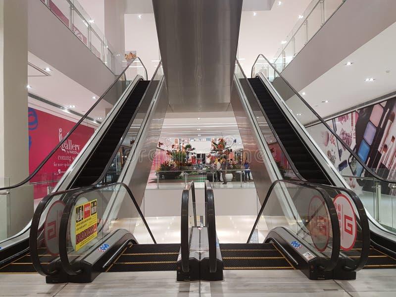 Rulltrappa på den Shoping gallerian arkivfoton