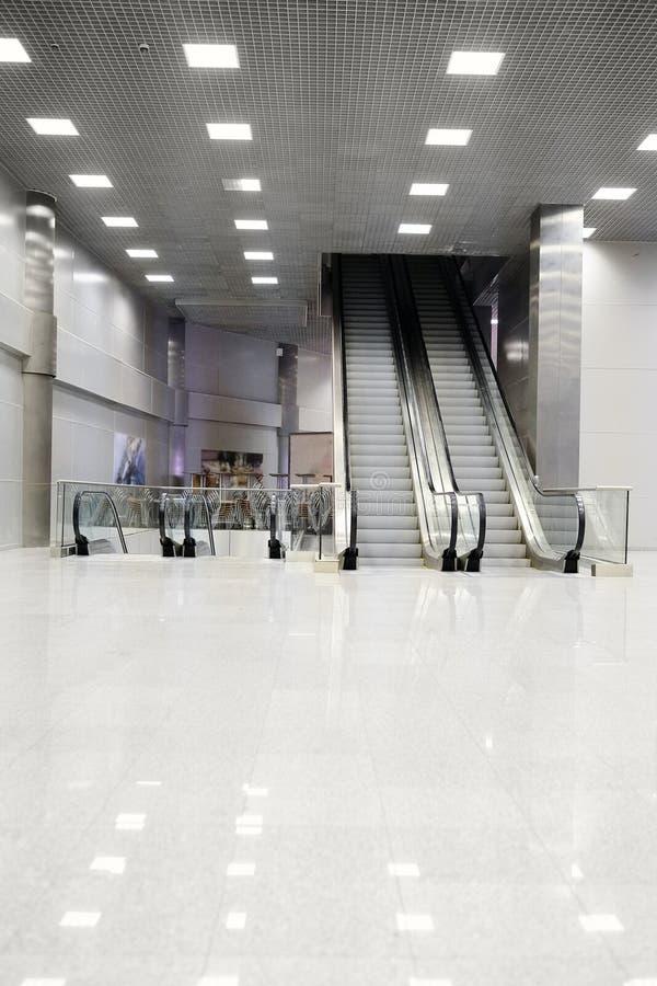 rulltrappor för Detaljhandel-underhållning komplexa krokusstadshus royaltyfria foton