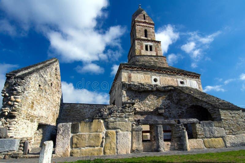 Rumänien - Densus-Kirche stockfotos
