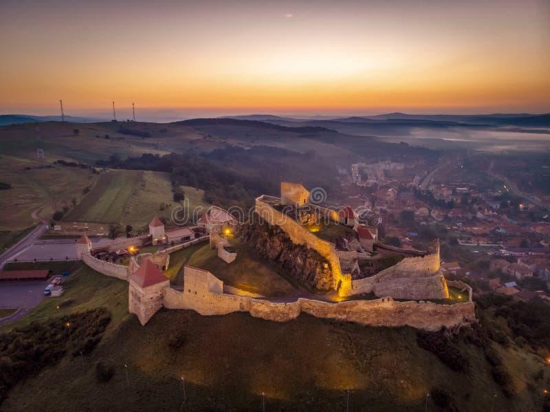 Rumänien från över för solnedgång i Transylvania Den Rupea fästningen arkivbild