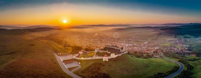 Rumänien från ovannämnt Panoramautsikt med den Rupea fästningen i Transylvania royaltyfri bild