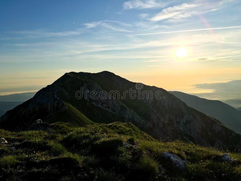 Rumänien, Piatra Craiului-bergen, soluppgången från Grind Saddle royaltyfria bilder