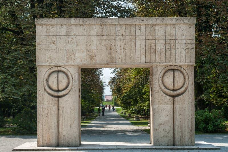 Rumänien Tg Jiu Augusti 14, 2010: Porten av kyssen besökte b royaltyfria foton