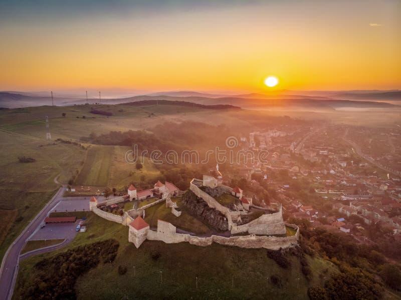 Rumänien traditionellt landskap på soluppgång på den Rupea fästningen i Transylvania, mellan Brasov och Sighisoara arkivbilder