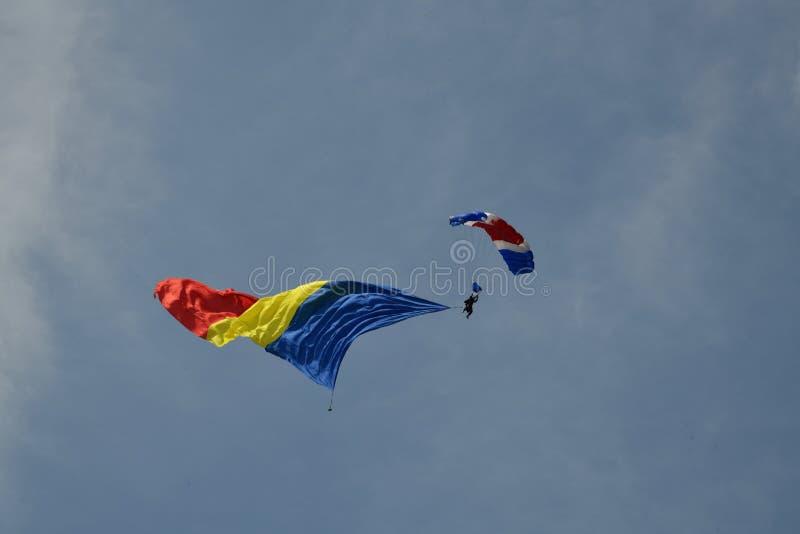 Rumänische Flagge auf dem Fallschirm lizenzfreies stockbild