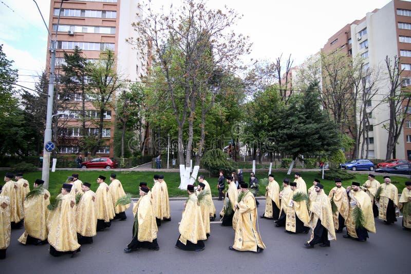 Rumänische orthodoxe Priester während einer Palmsonntags-Pilgerfahrtprozession in Bukarest lizenzfreie stockfotografie