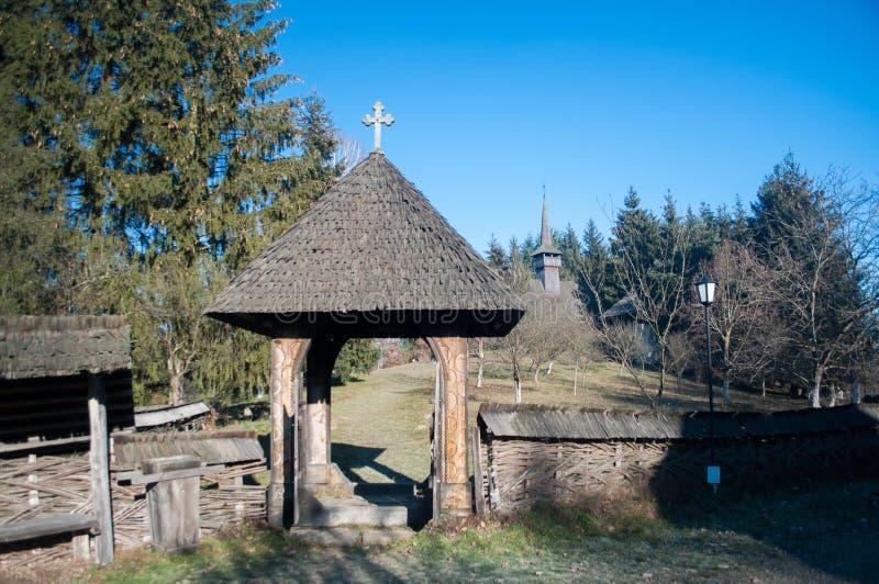 Rumänische traditionelle Architektur - altes Dorf im Norden von Siebenbürgen lizenzfreie stockfotografie