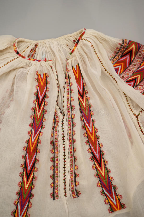 Rumänische traditionelle Bluse - Beschaffenheiten und traditionelle Motive stockfotografie