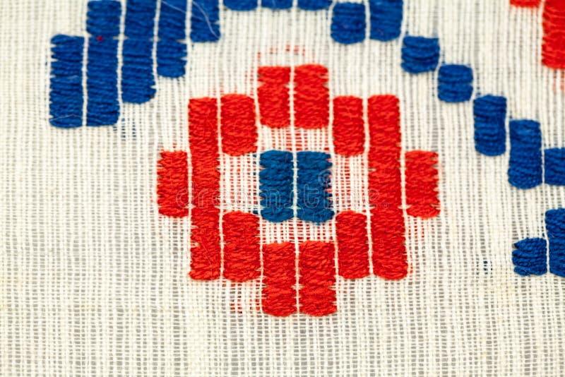 Rumänische traditionelle Bluse - Beschaffenheiten und traditionelle Motive lizenzfreies stockfoto