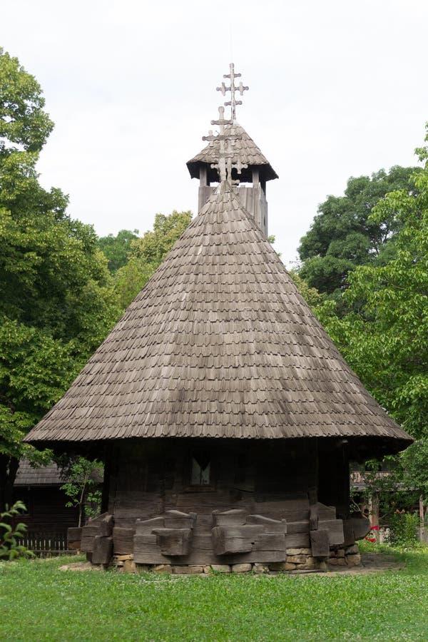 Rumänische traditionelle hölzerne Kirche lizenzfreies stockfoto
