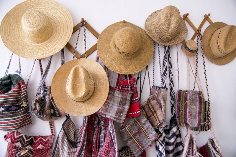 Rumänische traditionelle Hüte und Taschen lizenzfreie stockbilder