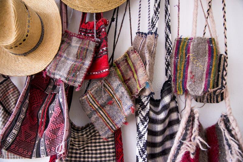 Rumänische traditionelle Hüte und Taschen stockbilder