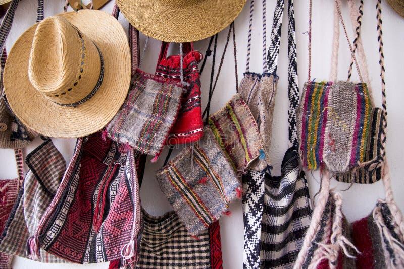 Rumänische traditionelle Hüte und Taschen lizenzfreies stockfoto