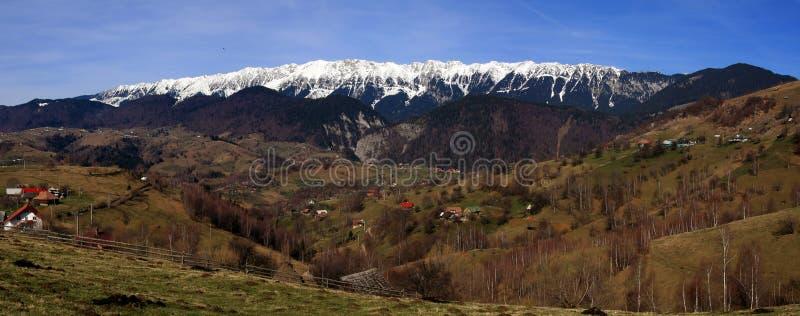 Rumänisches Bergdorfpanorama lizenzfreies stockfoto