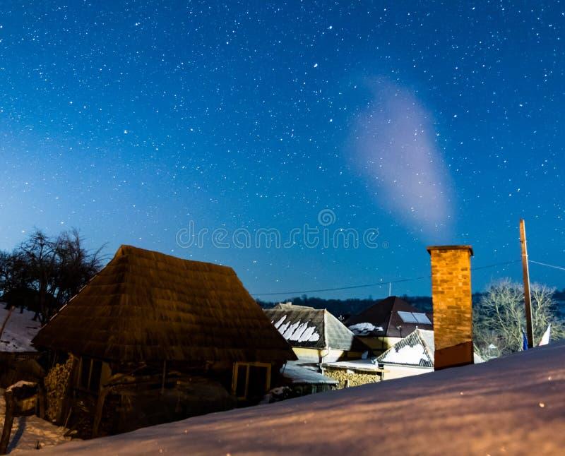 Rumänisches Dorf unter den Sternen stockfotografie
