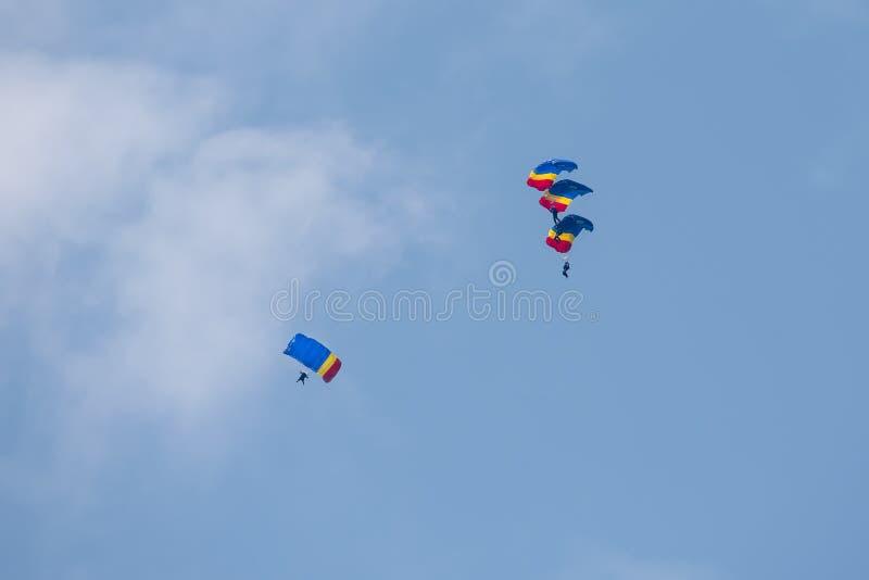 Rumänisches parachuter mit rumänischer Flagge auf internationaler Flugschau Bukarests stockfotografie