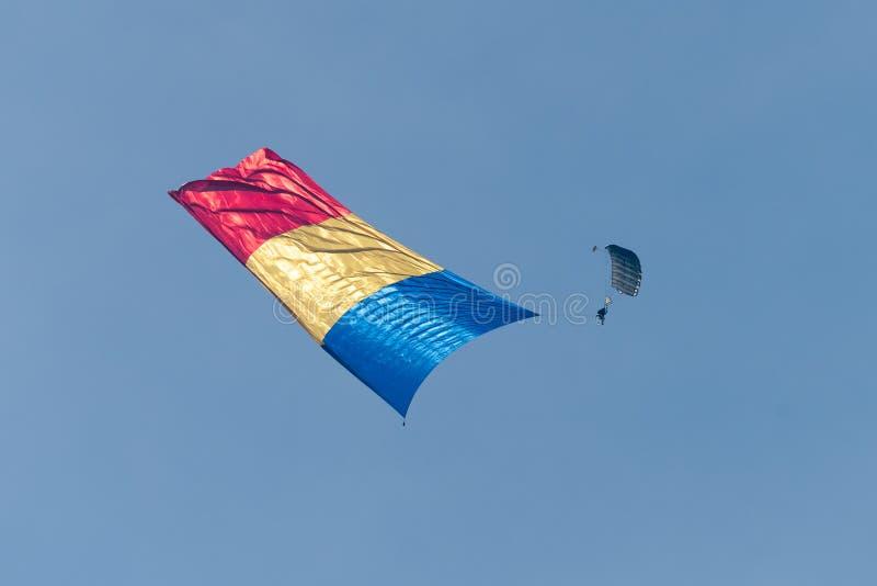 Rumänisches parachuter mit rumänischer Flagge auf internationaler Flugschau Bukarests stockfotos