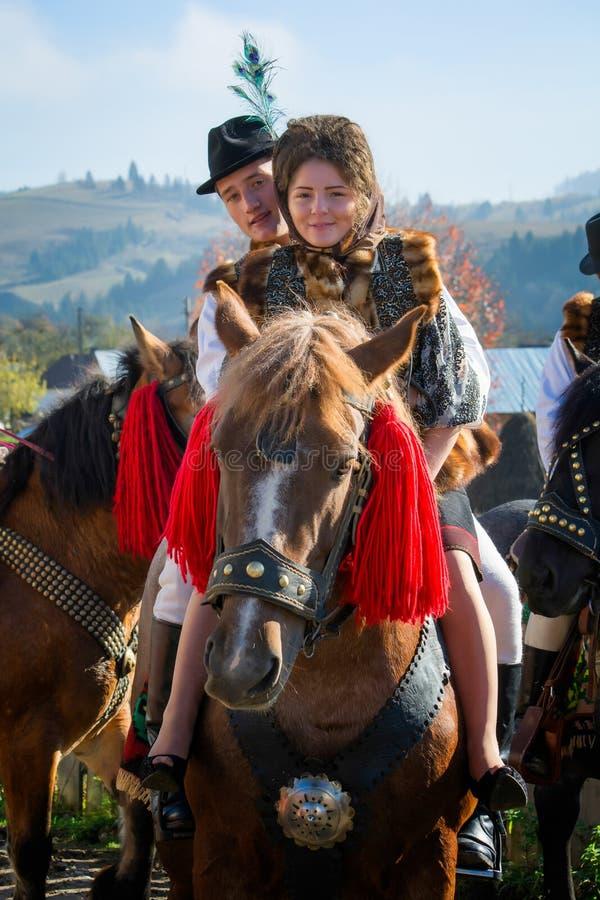 Rumänisches traditionelles Kostüm in Bucovina-Grafschaft auf Feierzeit stockfotos