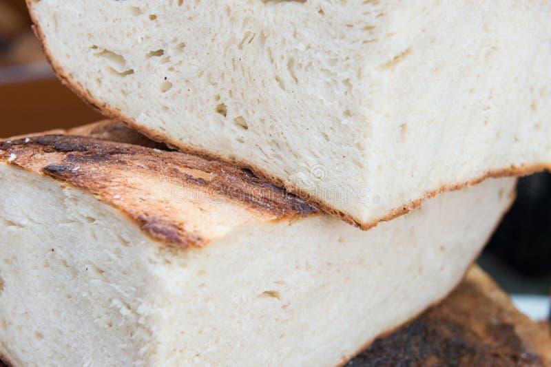 Rumänisches traditionelles Scheibenbrot backte im hölzernen Ofen stockbild