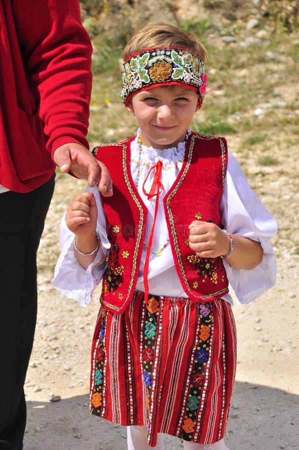 Rumänsk liten flicka med den nationella dräkten royaltyfri foto