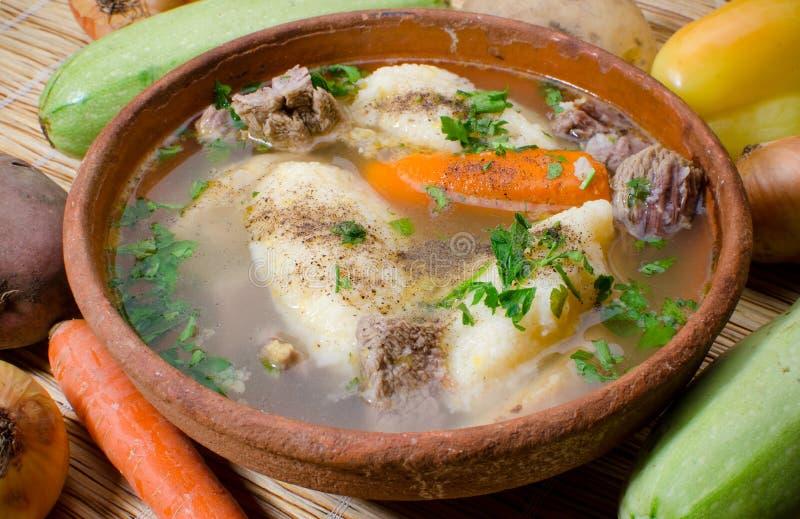 Rumänsk mat - klimpsoppa arkivfoto
