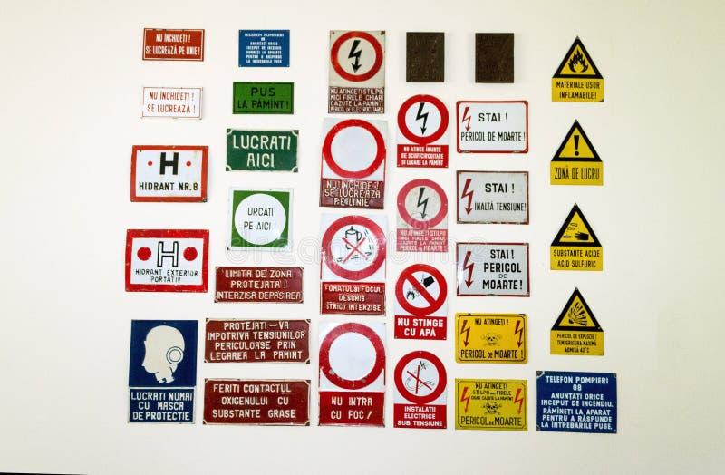 Rumänsk samling för varningstecken arkivbild