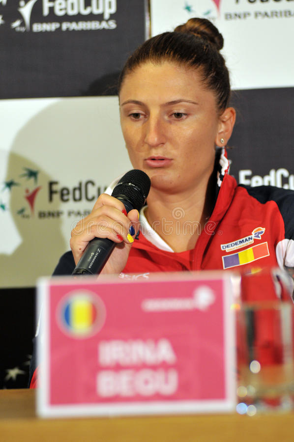 Rumänsk tennisspelare Irina Begu under en presskonferens arkivfoto