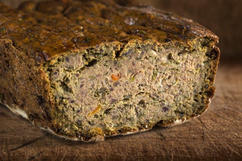 Rumänsk traditionell mat kallade Drob gjord från köttfärslimpan på trä royaltyfri fotografi