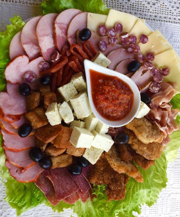 Rumänsk traditionell Transylvania för matuppläggningsfat- och grönsaksås senap royaltyfria bilder