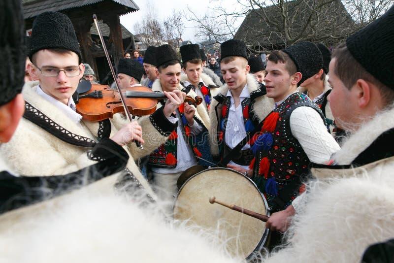 Rumänsk vinterfestival i Maramures royaltyfri bild
