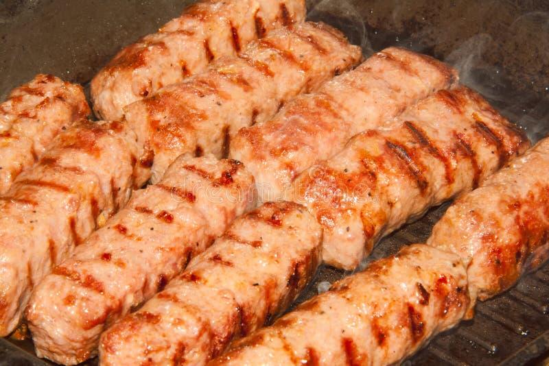 Rumänska köttbullar i gallerstekpannan - selektiv fokus arkivfoton